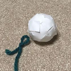 毛糸とピンポン玉を使ってクリスマス飾りを簡単手作り「作り方手順 1」