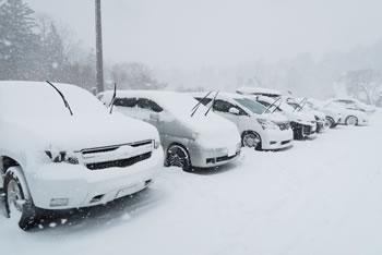 雪の日の車対策として「ワイパーを立てる」意味や理由は?