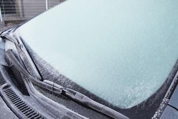 【雪の日の車対策】ワイパーを立てるのは?知らないと大変なことに!
